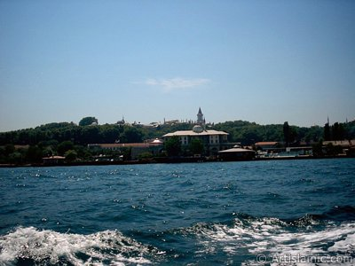 View of Sarayburnu coast, ships and Topkapi Palace from the sea in Istanbul city of Turkey. (The picture was taken by Artislamic.com in 2004.)