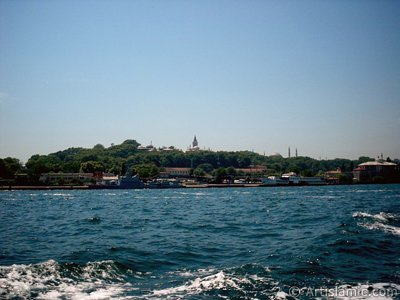 View of Sarayburnu coast, Topkapi Palace and Ayasofya Mosque (Hagia Sophia) from the sea in Istanbul city of Turkey. (The picture was taken by Artislamic.com in 2004.)