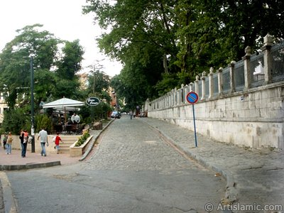 The street behind Ayasofya Mosque (Hagia Sophia) in Sultanahmet district of Istanbul city in Turkey. (The picture was taken by Artislamic.com in 2004.)