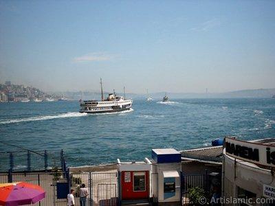 İstanbul Eminönü`de üst geçitten iskeleler ve sahile doğru bakış. (Resim 2004 yılında islamiSanat.net tarafından çekildi.)