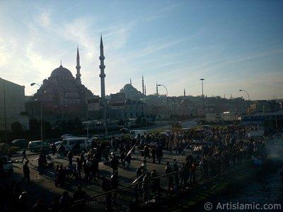 İstanbul Eminönü Meydanı, (soldan-sağa) Yeni Cami, arkasında Süleymaniye Camisi, altında Rüstem Paşa Camisi. (Resim 2004 yılında islamiSanat.net tarafından çekildi.)