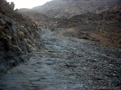 View of the climbing path of Savr Mount in Mecca city of Saudi Arabia. The Prophet Muhammed (saaw) and his friend Abu Bakr (ra) had got shut of the Meccan enemies tracking them by hidding three days in a cave in this mount with the great help of Allah (swt). (The picture was taken by Mr. Mustafa one of the visitors of Artislamic.com in 2003 Ramadan.)