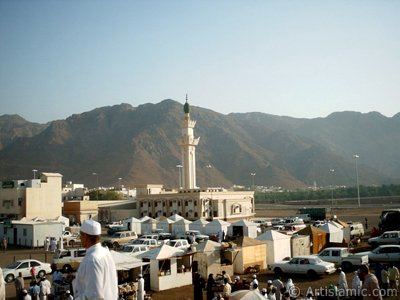 The Mounts Uhud and the field of Battle of Uhud (the second battle of the Prophet Muhammad [saaw] against unbelievers) in Mecca city of Saudi Arabia. (The picture was taken by Mr. Mustafa one of the visitors of Artislamic.com in 2003 Ramadan.)