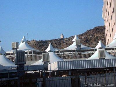 Mekke`de Hacıların Arafat`a çıkmadan önce ve Arafat`tan döndükten sonra kaldıkları Mina bölgesi ve çadırlar. (Resim 2003 yılı Ramazan`ında islamiSanat.net ziyaretçilerinden Mustafa Bey tarafından çekilmiştir.)